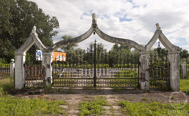 urbex China house gate