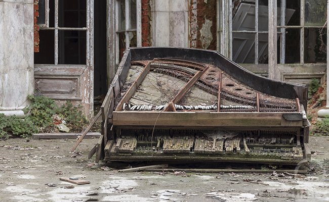 piano in abandoned palace