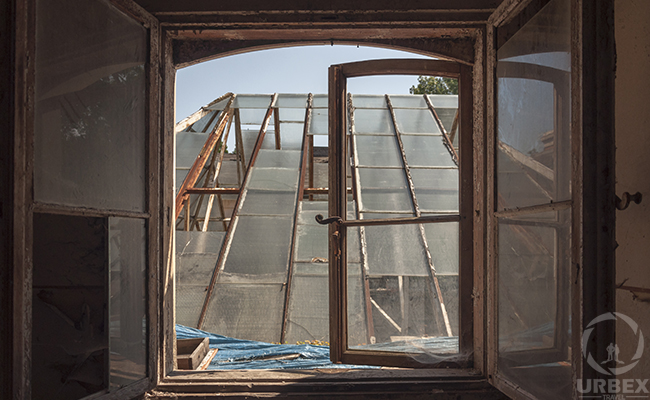 glass roof that we see through the window on urbex