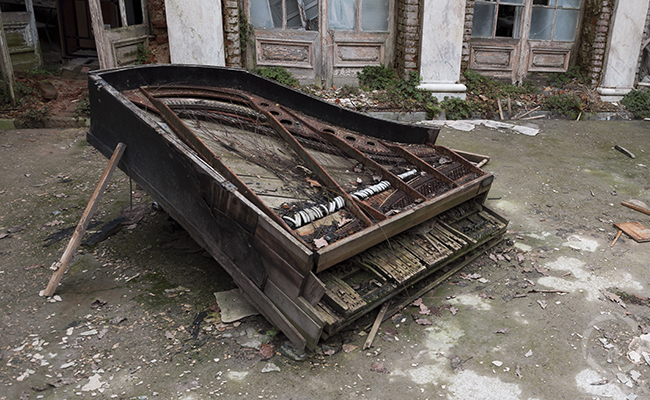urbex piano in abandoned palace in poland