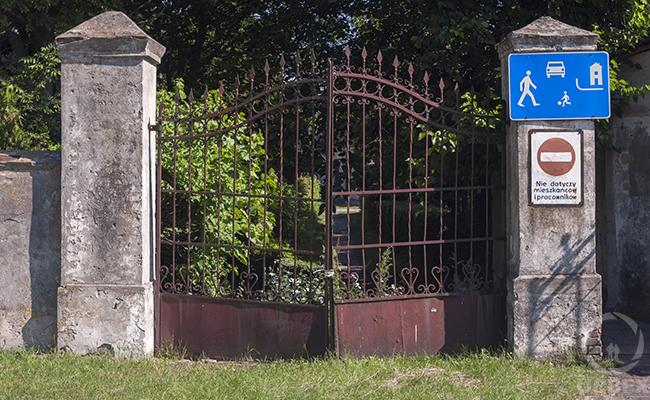 gates of abandoned palace in bratoszewice