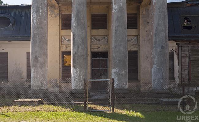 abandoned bratoszewice palace in poland