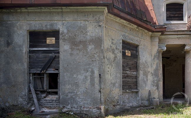 the abandoned palace in bratoszewice