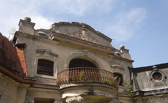 exterior photo of abandoned palace in bratoszewice