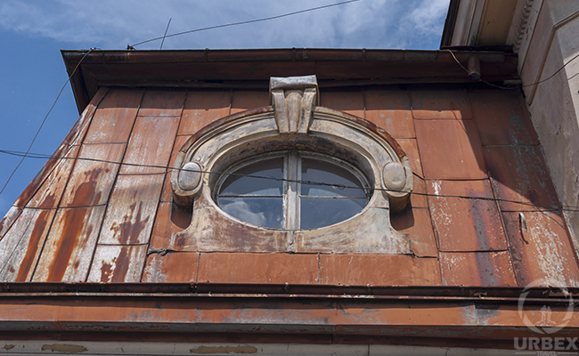 oval window in urbex photography