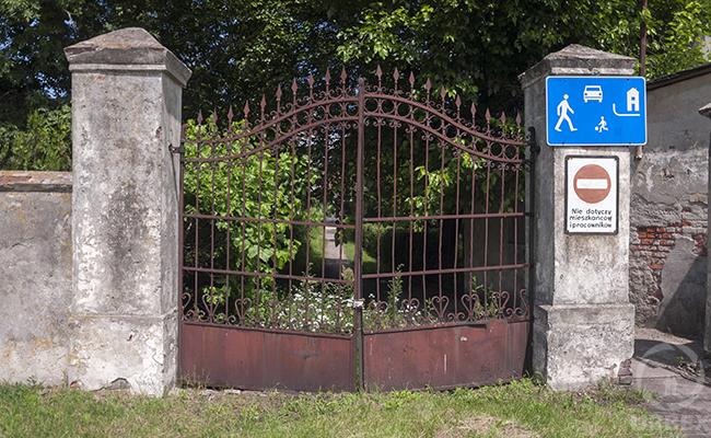 gate of abandoned palace bratoszewice