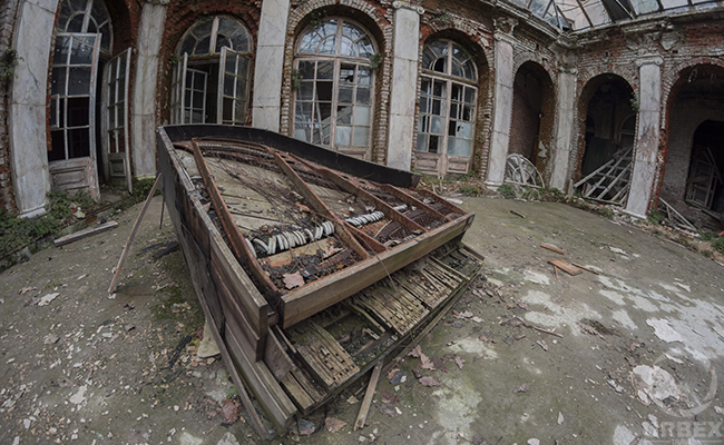 abandoned piano in urbex photography