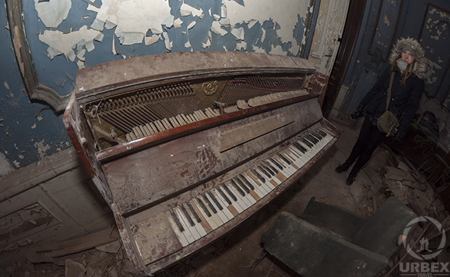 an old piano found on urbex
