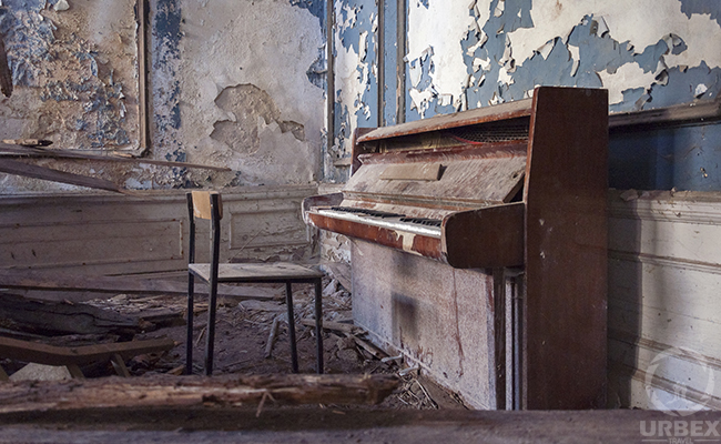 piano in abandoned palace in bratoszewice