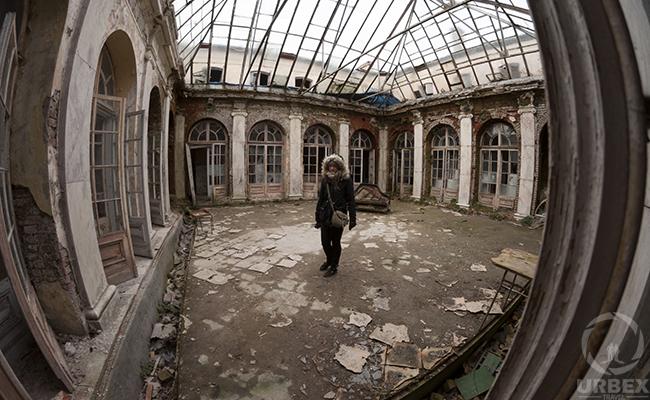 abandoned patio urbex