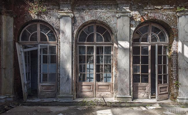 forgotten school in bratoszewice in poland