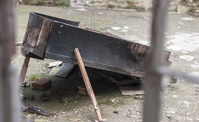 abandoned piano in bratoszewice