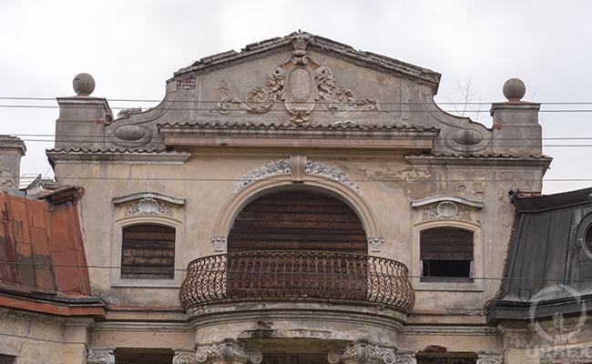 balcon of abanconed palace