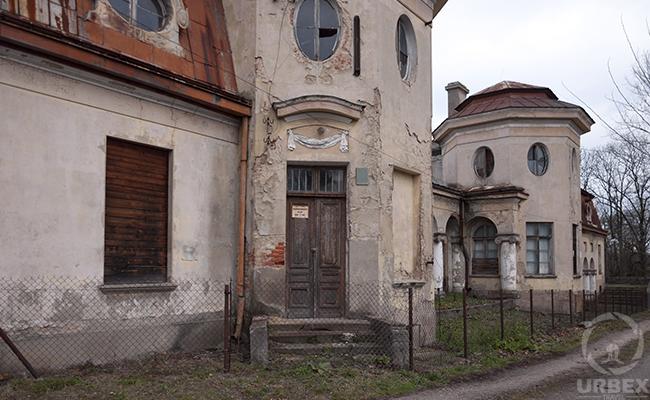 gate of the abandoned palace