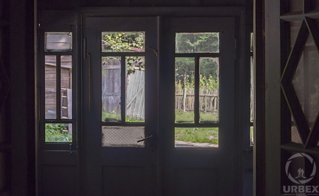 the windows of an abandoned urbex lodge