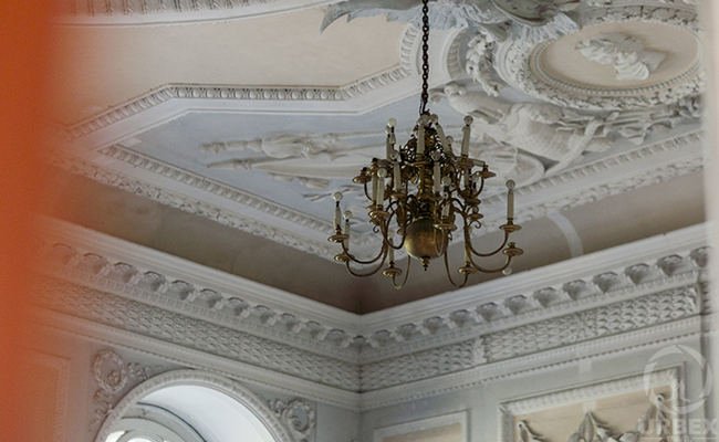 italian style ceiling with molding