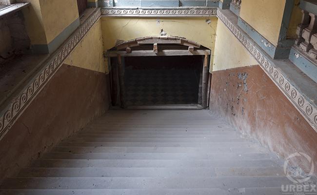 schody w nawiedzonym pałacu