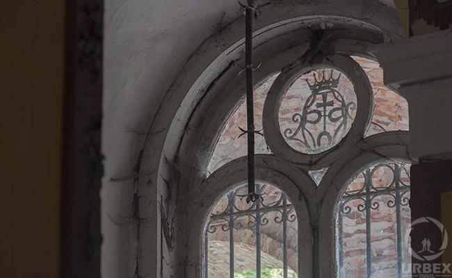 stained glass i na abandoned palace
