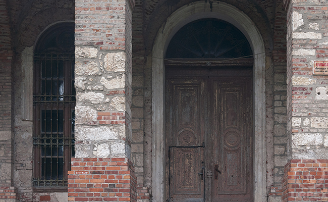 the gates of the abandoned palace in Pilica