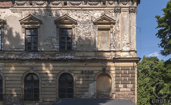 mury nawiedzonego zamku w Pilicy Johnson & Johnson