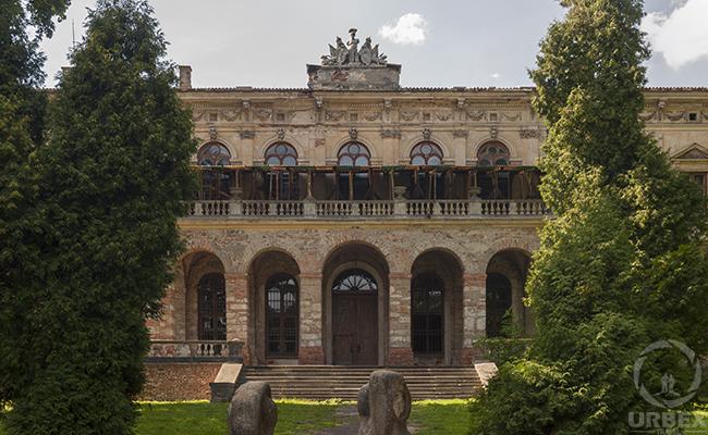 stary nawiedzony zamek w Pilicy Johnson & Johnson