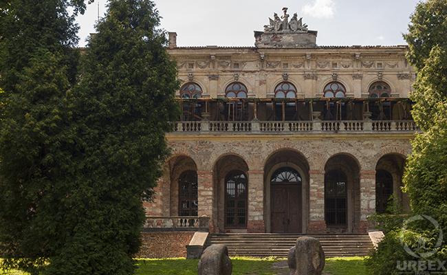 the abandoned haunted palace of Barbara Piasecka Johnson & Johnson