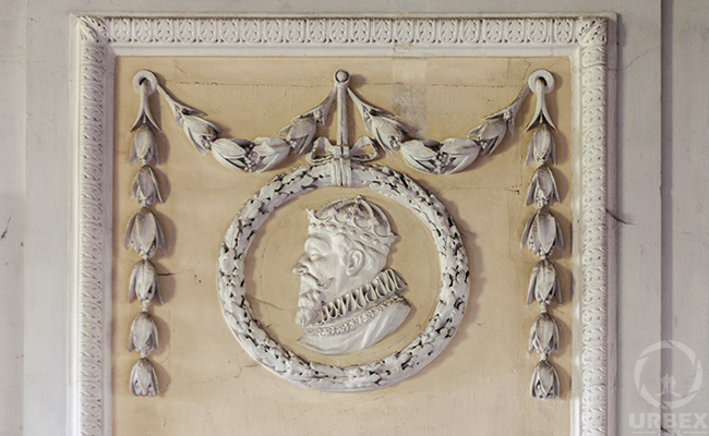 a molding on a wall in the abandoened palace