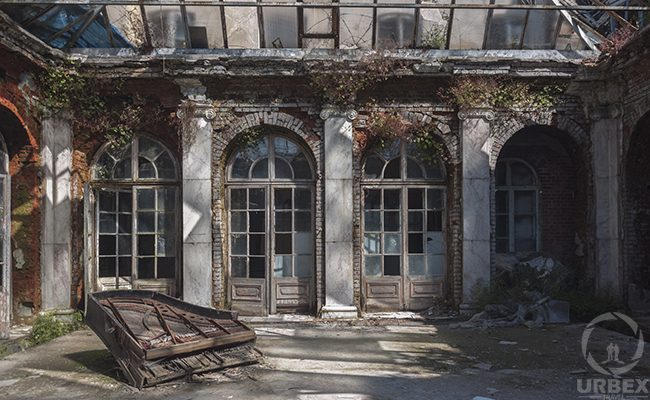 piano in abandoned villa